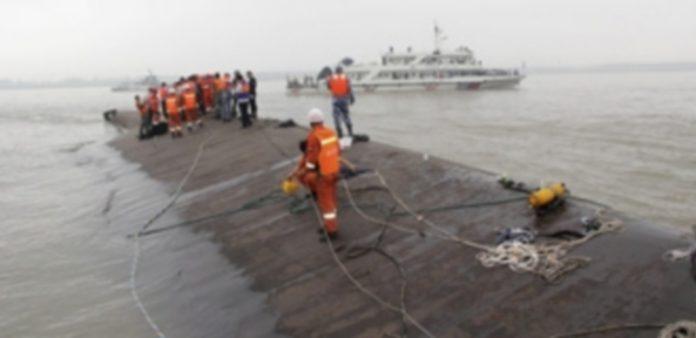Los equipos de emergencia afrontan las duras condiciones meteorológicas que complican sus labores de rescate. / Efe