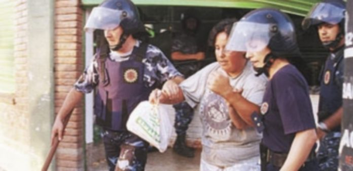 Bandas organizadas asaltaron supermercados y comercios.