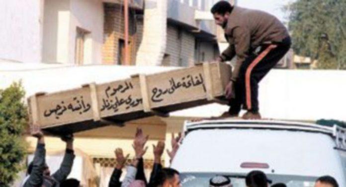 Varios iraquíes cargan un ataúd en la baca de un coche