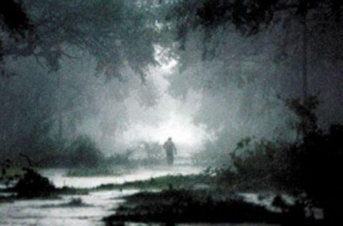 Un hombre camina por una zona arrasada por el huracán 'Rita' en Estados Unidos en 2005. / EFE