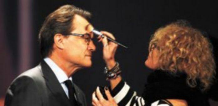 El político catalán es maquillado poco antes de aparecer en un debate televisivo. / Reuters