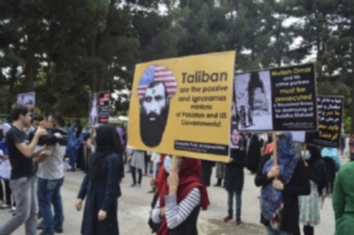 Manifestantes afganos en una marcha contra los talibanes en Kabul. / EFE