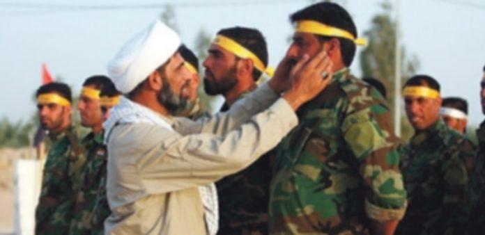 Integrantes de la milicia chiíta iraquí participan en un entrenamiento con las fuerzas armadas del país en la ciudad de Nikheb