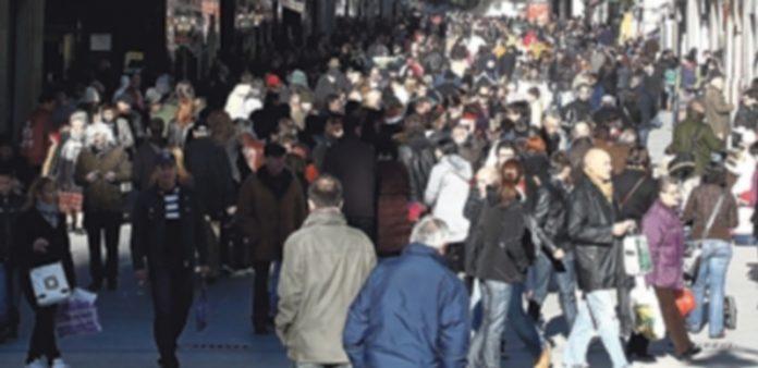 Las calles comerciales comienzan a llenarse de ciudadanos realizando las compras de Navidad. / Europa Press