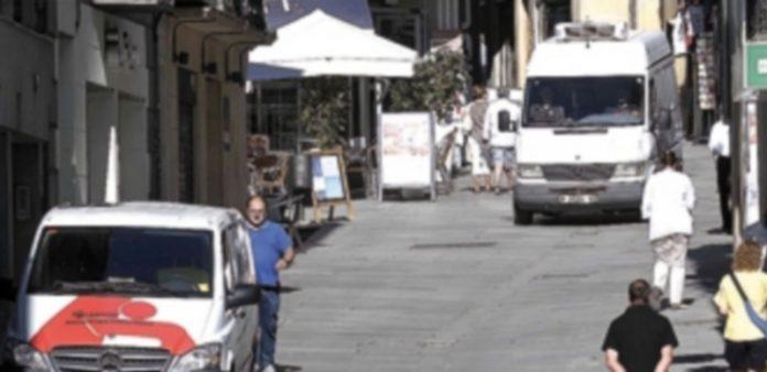 La Calle Real acoge muchos de los negocios de Segovia. / Juan Martín