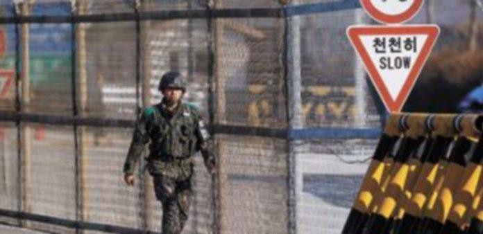Un soldado surcoreano vigila la frontera con el país del Norte. / Reuters