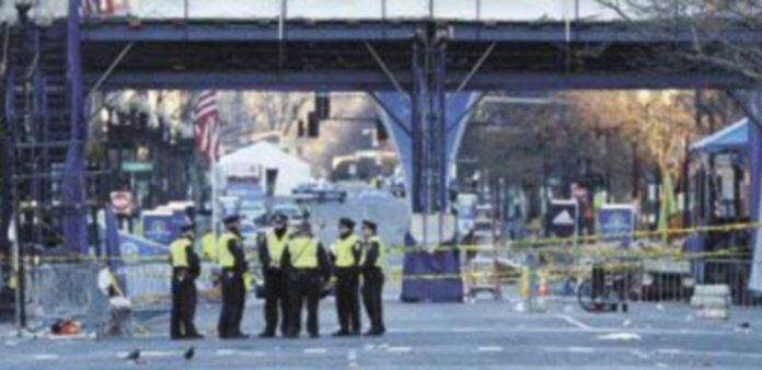 Agentes de la Policía de Boston vigilan el perímetro cerrado por la explosión de dos bombas el pasado lunes. / Efe