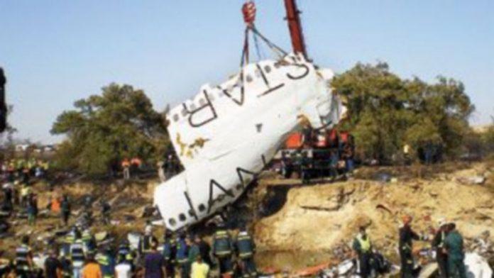 Los restos del fuselaje del avión quedaron diseminados en el entorno del siniestro debido a la fuerte explosión que sufrió al chocar contra el suelo. / EFE