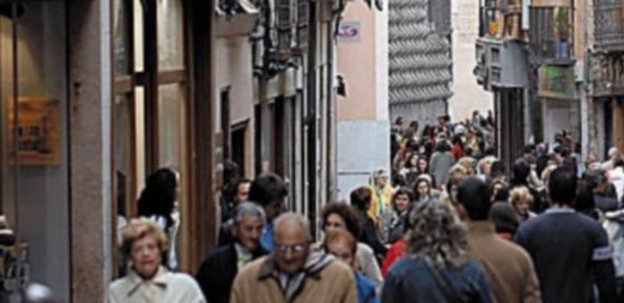 El eje que forman las calles Cervantes y Juan Bravo congrega una amplia representación del comercio de Segovia. / J. Martín