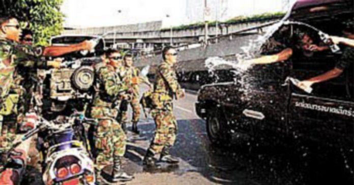 Varios soldados celebran el Año Nuevo tailandés tras expulsar del Palacio Gubernamental a los manifestantes. / BARBARA WALTON (Efe)
