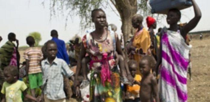 Mujeres y niños se desplazan con sus enseres huyendo de los conflictos. / EP
