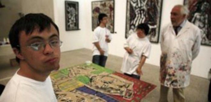 Un grupo de niños de la Asociación Down de Burgos elaboran un cuadro
