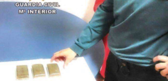 Un Guardia Civil exhibe unas tabletas de hachís interceptadas por el Cuerpo de Seguridad del Estado. / Europa Press