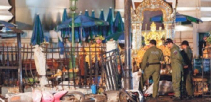 Agentes de policía tailandeses permanecen donde explosionó una bomba junto a un templo hindú en Bangkok . / EFE