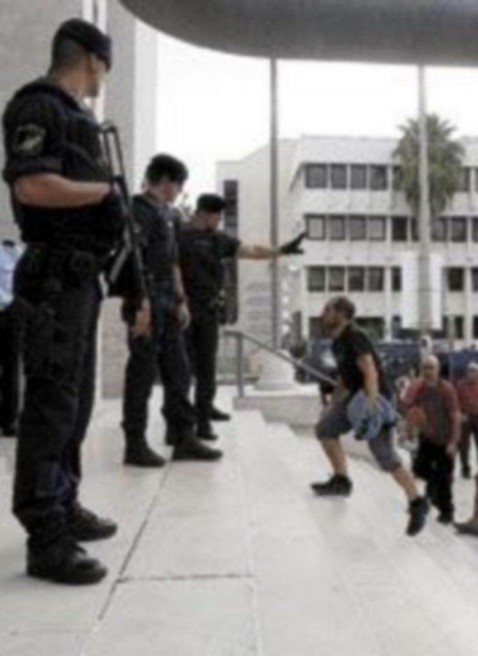 Familiares y amigos de Zengotitabengoa se encararon con los policías lusos. / efe