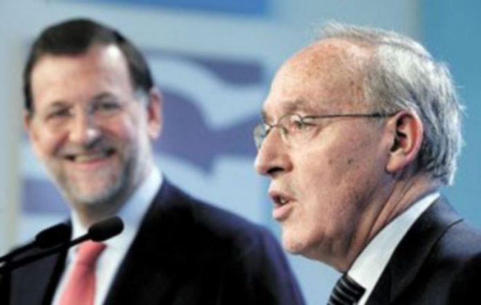 Manuel Pizarro explicaba sus planes económicos ante la sonriente mirada de Mariano Rajoy durante el acto de su presentación como 'número dos' del PP por Madrid. / EFE