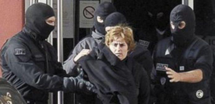 Agentes especiales de la lucha antiterrorista franceses trasladan a la dirigente etarra Izaskun Lesaka Argüelles.
