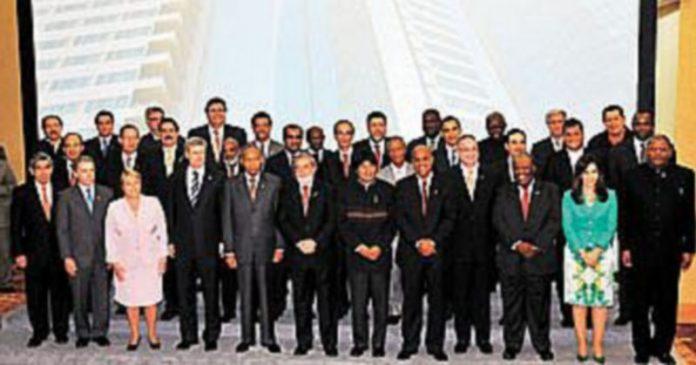 Los presidentes de todos los países representados en la V Cumbre de las Américas de Trinidad y Tobago posan para la foto de 'familia'. /A.B. (Efe)