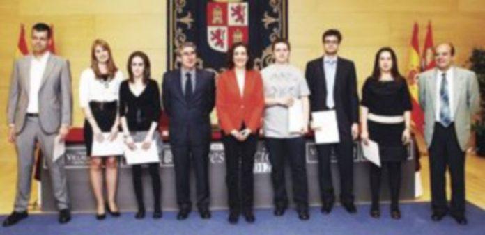 La presidenta de las Cortes (c) y el vicepresidente (a su izquierda) posan en mayo de 2012 junto a los ganadores de las becas de investigación del pasado año. / Ical