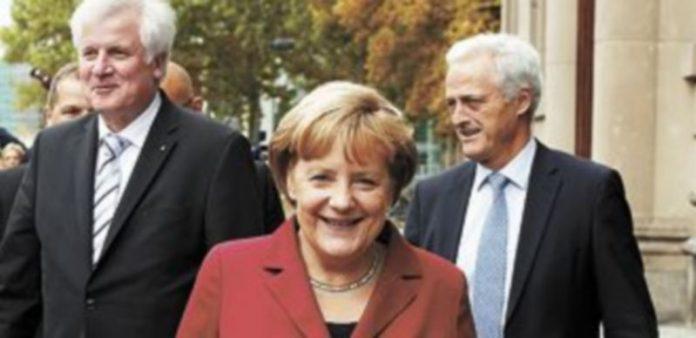 La jefa del Ejecutivo germano sale sonriente de la reunión con el SPD. / Reuters