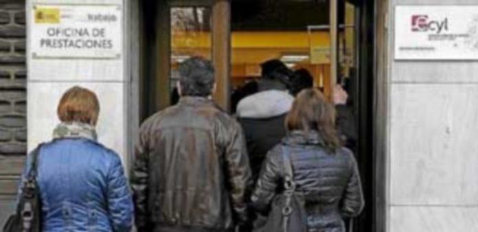 La institución muestra su preocupación por el caso del desempleo de larga duración y el paro juvenil. / EFE