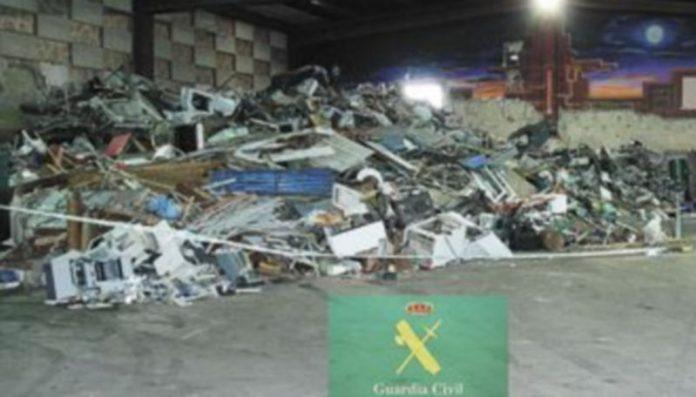 La Guardia Civil interviene 50 toneladas de diferentes metales a esta red. / Ical