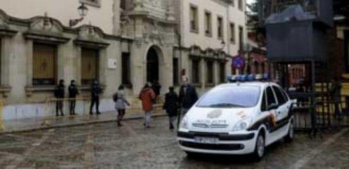 Agentes de la Policía Nacional a las puertas de la Audiencia Provincial de León