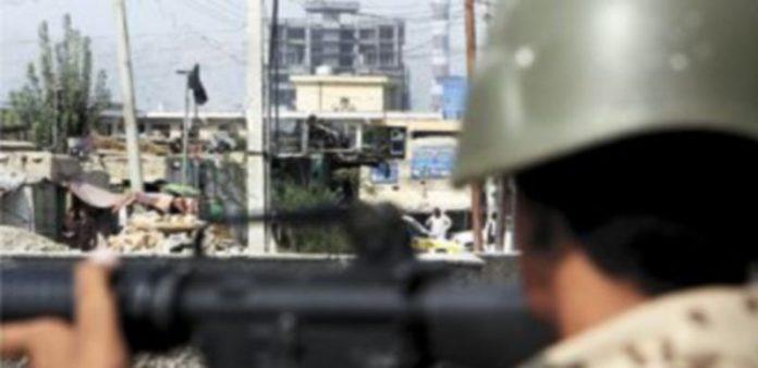 Un soldado afgano toma posición frente al edificio donde un grupo insurgente talibán se atrincheró ayer en Kabul. / S. Sabawoon (Efe)