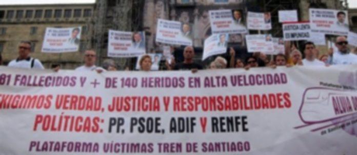 Decenas de personas se concentraron en Santiago entre solicitando la dimisión de los responsables del accidente. / EFE