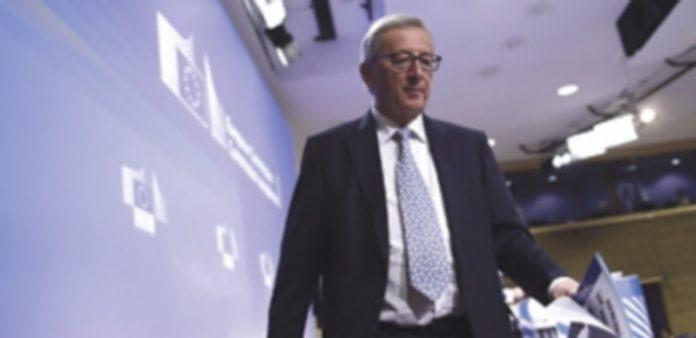 Juncker sale de la rueda de prensa tras la reunión del Colegio de Comisarios. / EFE