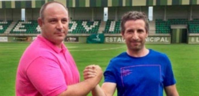Abraham y Agustín celebran en el campo de La Albuera la pasada renovación del técnico en el mes de julio. / KAMARERO