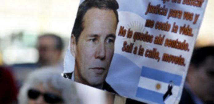Fotografía de un cartel durante una concentración de personas para recordar al fallecido fiscal argentino Alberto Nisman. / Efe