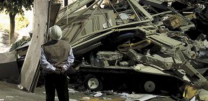 Un empleado de la planta observa el desastre causado por la explosión de Pemex. / Reuters