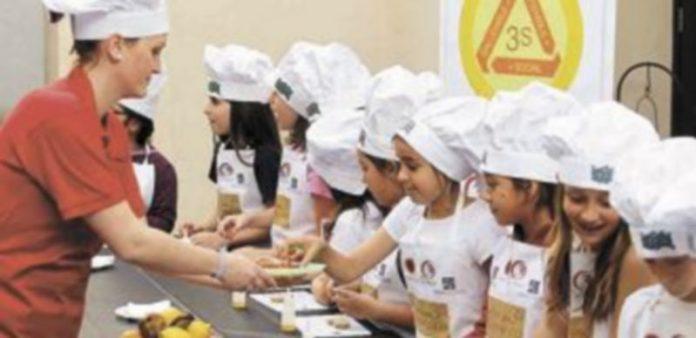 Los niños tienen que acostumbrarse desde pequeños a los buenos hábitos para comer. / Efe