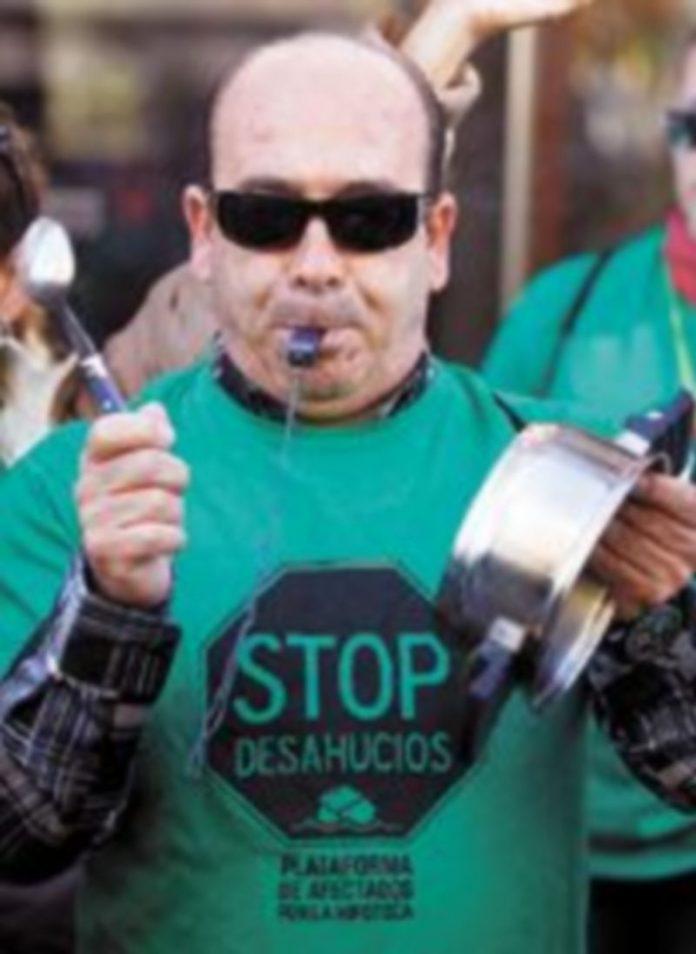 Un hombre se manifiesta en contra de los desalojos. / Reuters