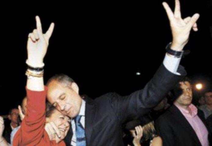 El exjefe del Ejecutivo valenciano Francisco Camps y la mandataria de la Ciudad del Turia se funden en un abrazo tras ganar las elecciones de 2011. / J. C. Cárdenas (Efe)