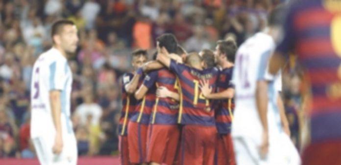 Los jugadores del Barça celebran con Thomas Vermaelen el gol de la victoria ante el Málaga