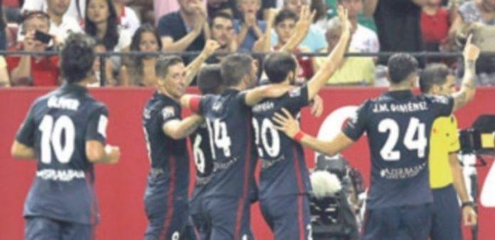 Los jugadores del Atlético de Madrid celebran el gol de Koke con dedicatoria para Raúl García
