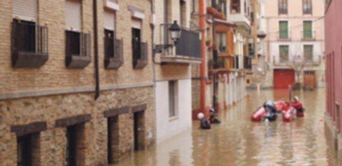 El agua anega las calles del casco histórico de Tudela