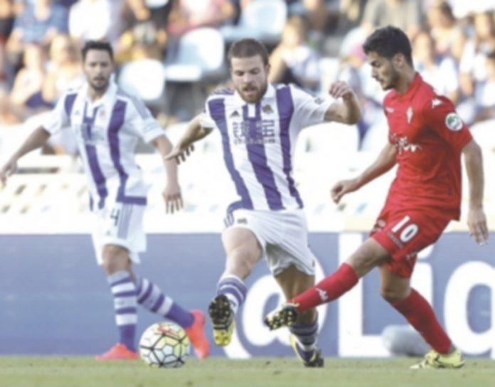 Asier Illarramendi (centro) fue titular en su retorno a la Real Sociedad. / EFE
