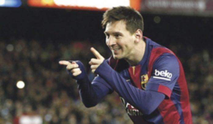 Leo Messi celebra uno de los tres goles que anotó en el derbi catalán ante el RCD Espanyol. / EFE