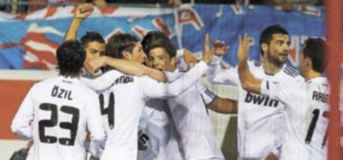 Los jugadores del conjunto 'merengue' felicitan a Cristiano Ronaldo tras anotar el único tanto del encuentro. / Efe