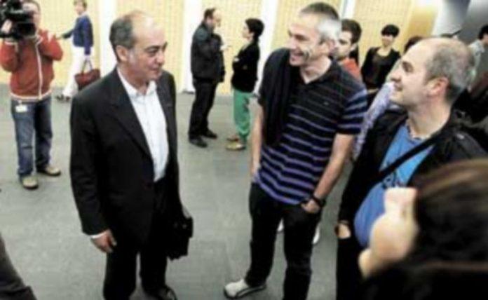 Martín Garitano (2i) charla con Joseba Permach