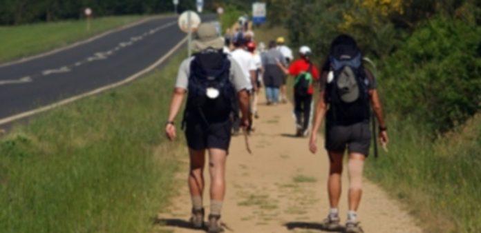 Unos peregrinos recorren el Camino de Santiago cargados con sus mochilas. / EP