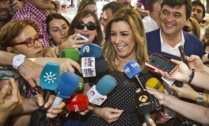 Susana Díaz comunicó la decisión a los periodistas en un acto en Huelva. / Efe