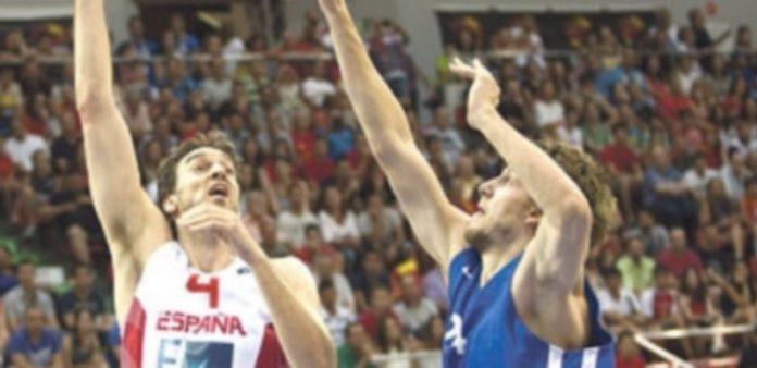 Pau Gasol (izq) ha ido aumentando sus minutos y prestaciones partido a partido para llegar en forma al Eurobasket. / EFE