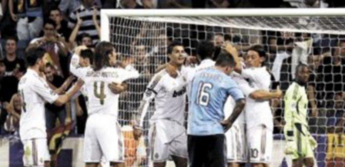 Varios jugadores del Real Madrid celebran el gol marcado por su compañero Karim Benzema al Ajax. / Efe.