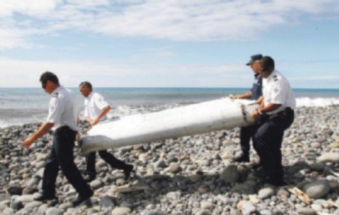 Los restos encontrados en una playa fueron trasladados por varios policías de La Reunión para su observación. / EFE