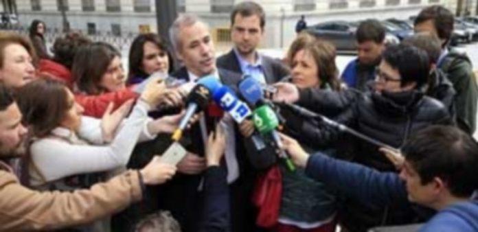 El abogado de Raúl García y Alfonso Lázaro a la entrada de la Audiencia Nacional. / Efe