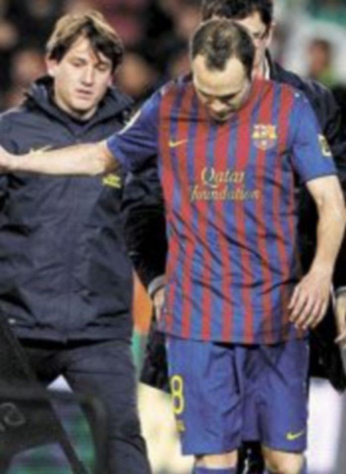 El manchego se retira del terreno de juego tras lesionarse. / Reuters